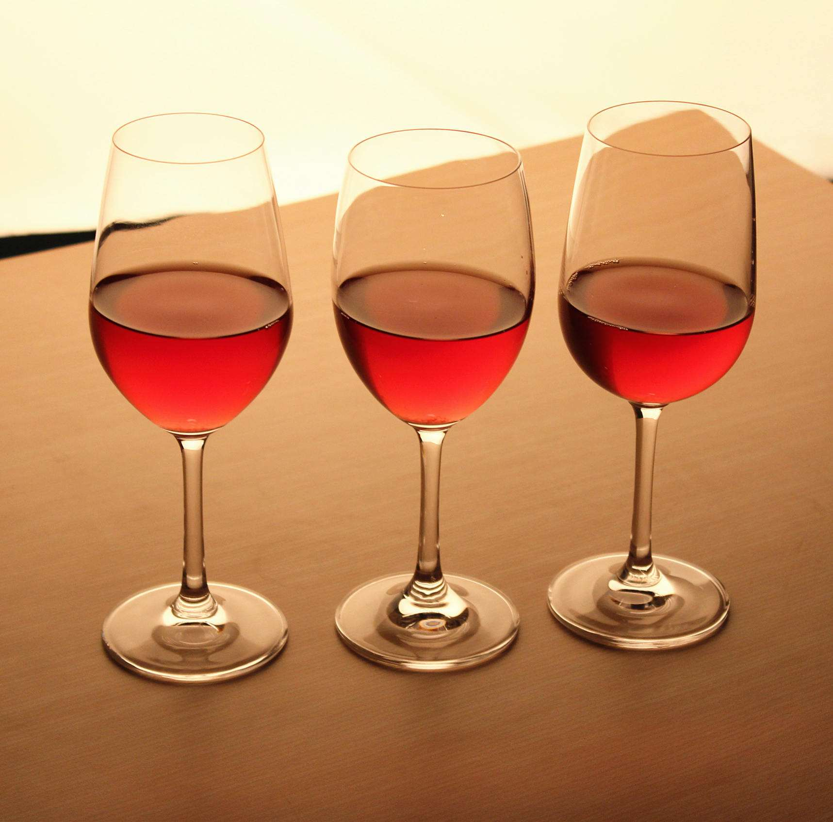 How to identify the quality of red wine glasses